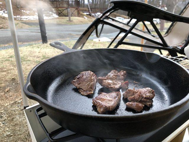 スキレットでお肉を焼く