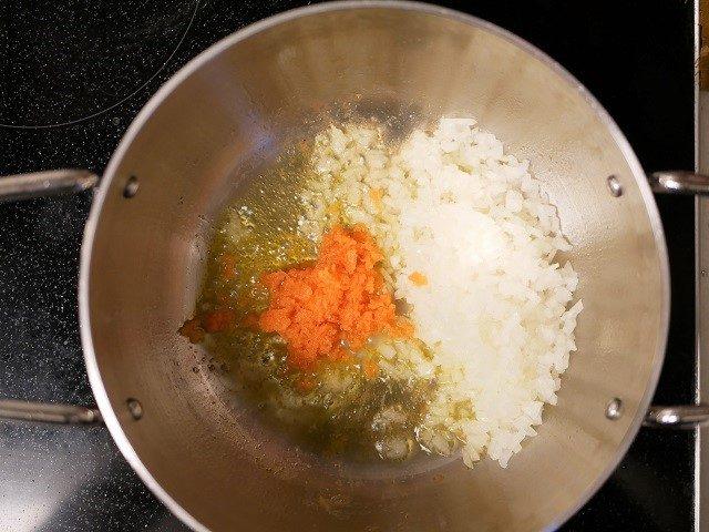お米を炒める