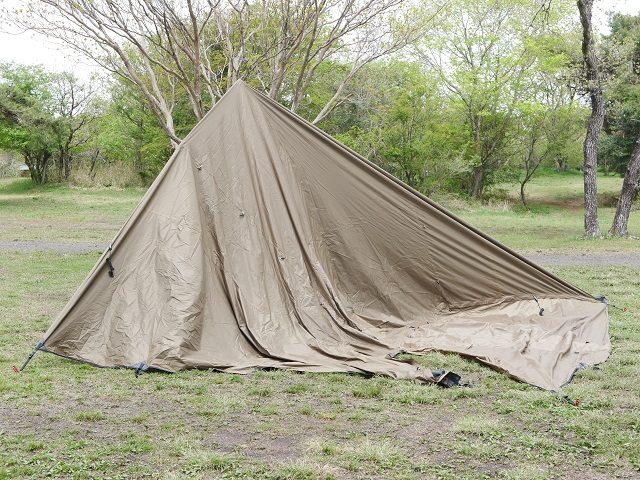 テントの下に潜り込む