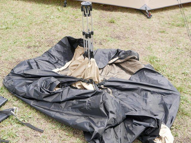 折りたたまれているテント