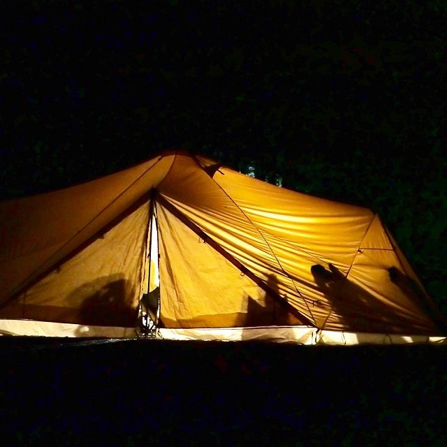 夜のテント内