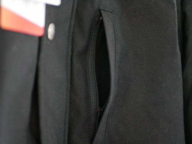 開いた胸ポケット