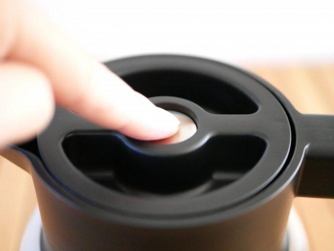 フタのボタンを押し込む