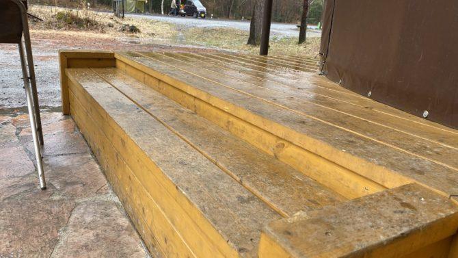 ウッドデッキの濡れたベンチ