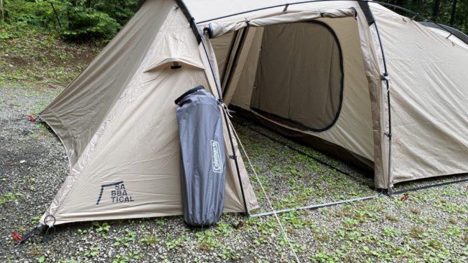 シングルをテントに立て掛ける