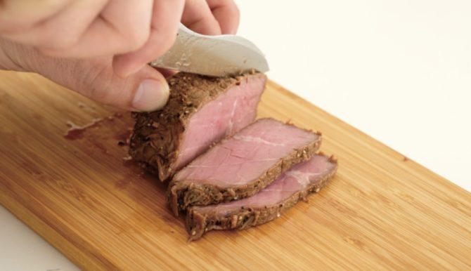 お肉を切る