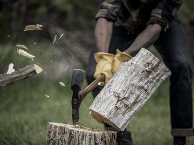プラスキアックス薪を割る