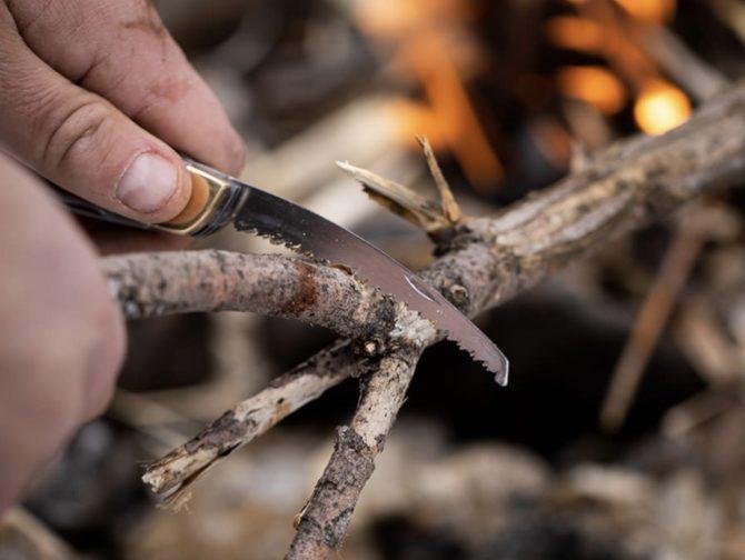 マルチツールポケットナイフ木を切る