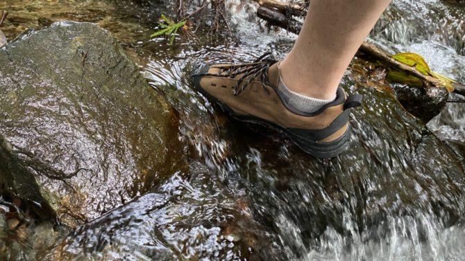 ネイチャーランドの川石に足を置く