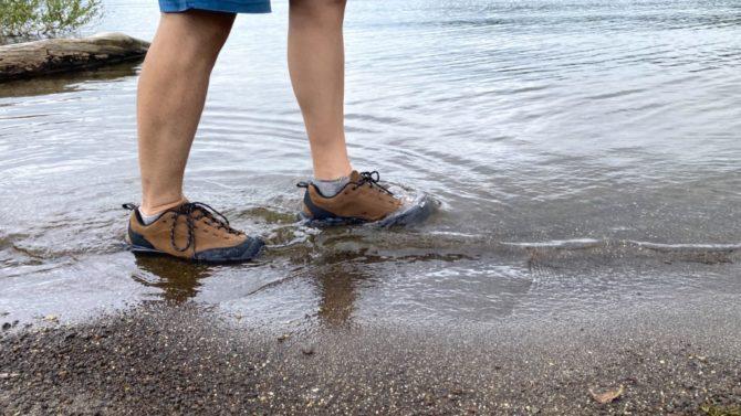 湖に浸かる