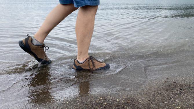 湖畔を歩く