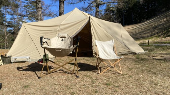 テントの前に2脚並べてある