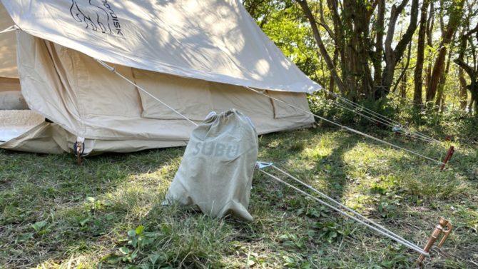 テントに寄りかかる収納袋