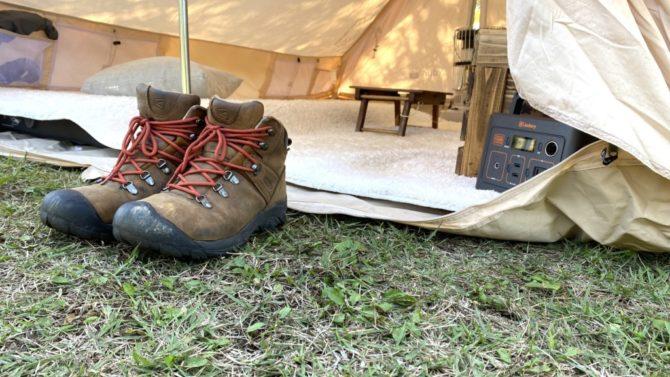 テントの前に靴を揃える