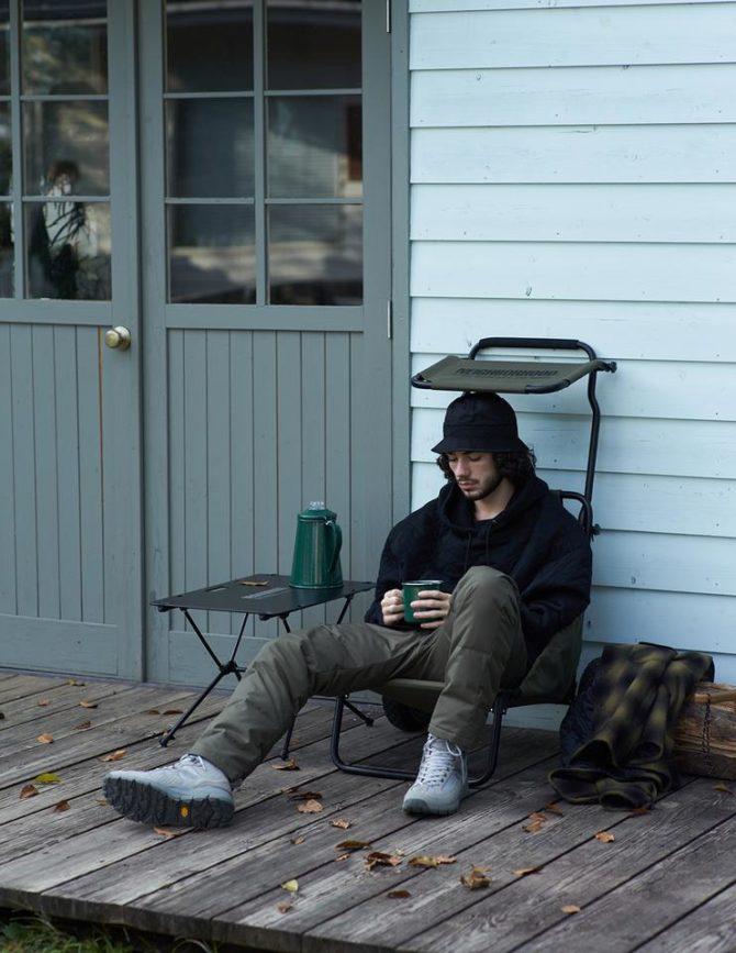 バギーチェア座っている男性