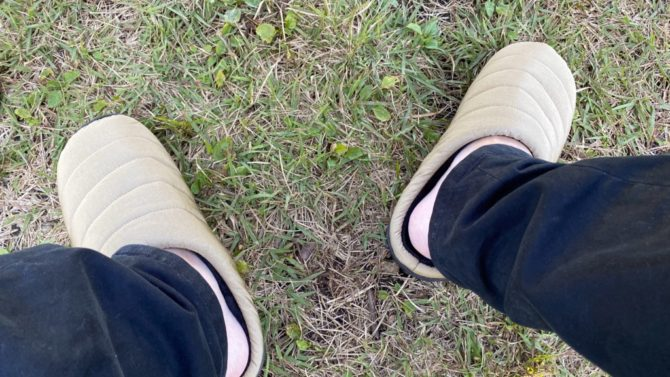 裸足で履く