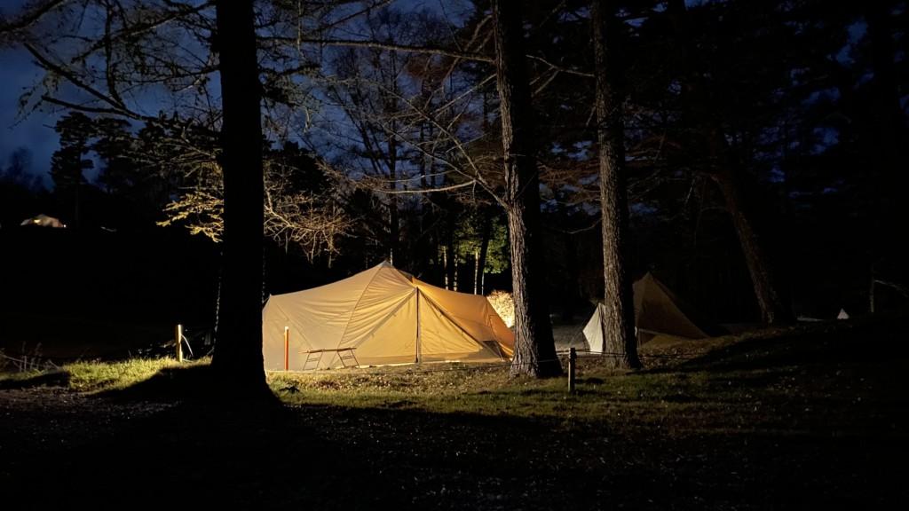 夜テント裏側から