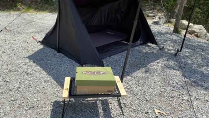 テントの前に外箱を置く