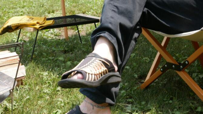 キャンプパンツ足を組む