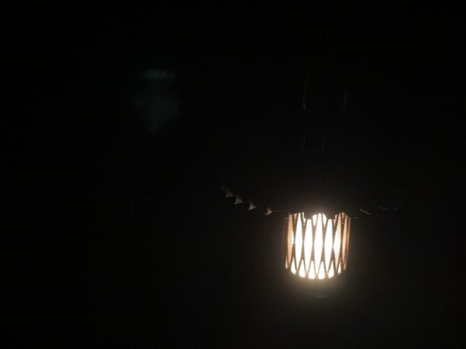 シェードで光量が減る