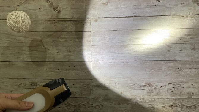 懐中電灯壁を照らす